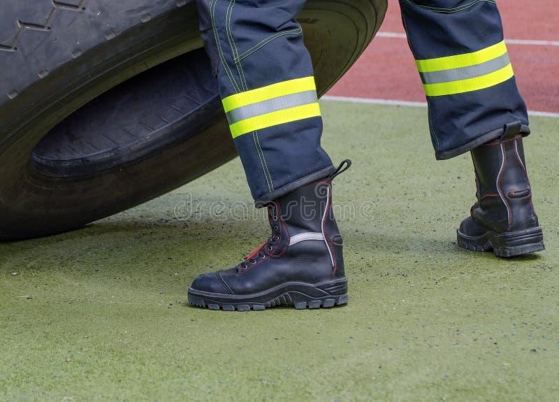 Skyddande kängor av en brandman arkivfoton
