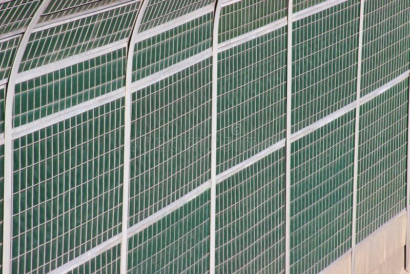 Skyddande staket vid vägen oväsen- och smutsisolering från körbanan miljöskydd och allmänhetens säkerhet vektor illustrationer