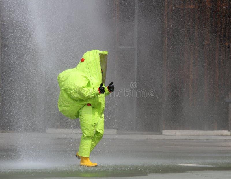 Skyddande utstrålningsförsvar för gul dräkt och smittsamma sjukdomar fotografering för bildbyråer