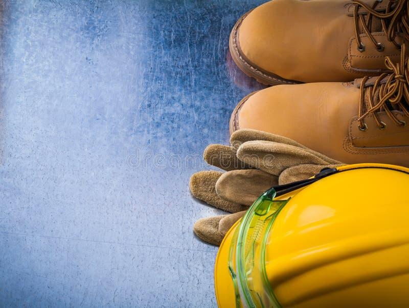 Skyddande vattentät säkerhet för läderhandskar startar den hårda hatten och p royaltyfri fotografi