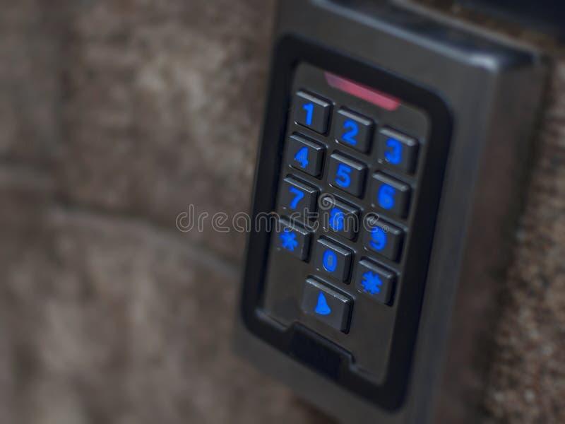 Skyddar det digitala elektroniska tillträdeslösenordet för dörren säkerhetsavkännaren royaltyfria foton