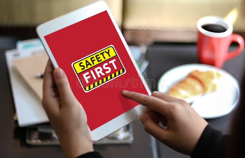 Skyddar första varningsconcect för säkerhet försiktig säkerhet för uppmärksamhet royaltyfria bilder