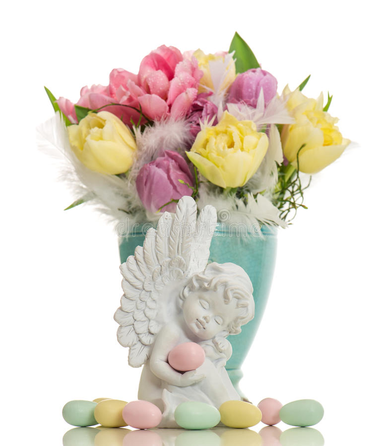 Skyddsängel med easter ägg och blommor arkivfoton