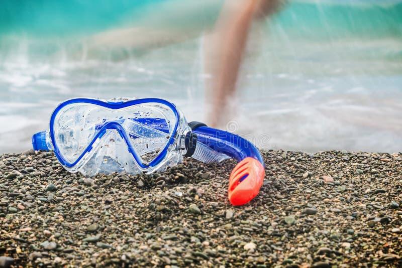 Skyddsglasögon och snorkel som simmar fotografering för bildbyråer