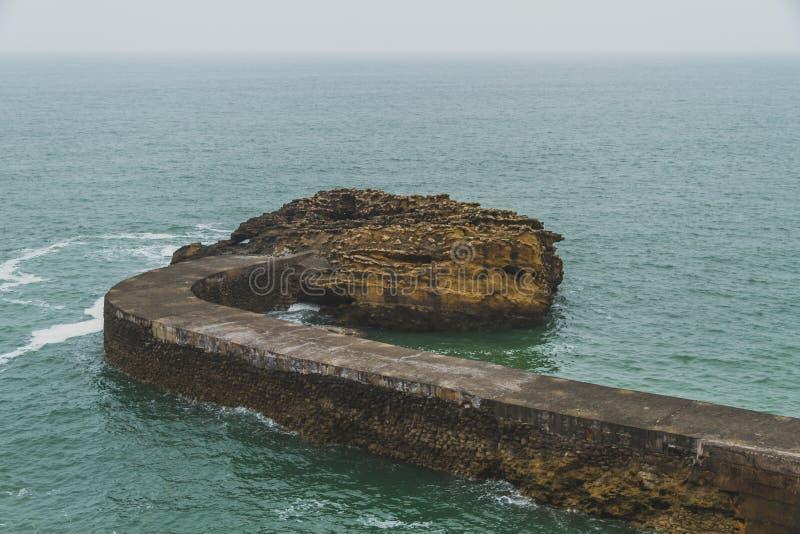 Skyddsmur mot havet av Gamaritz och havet i Biarritz, Frankrike royaltyfri bild