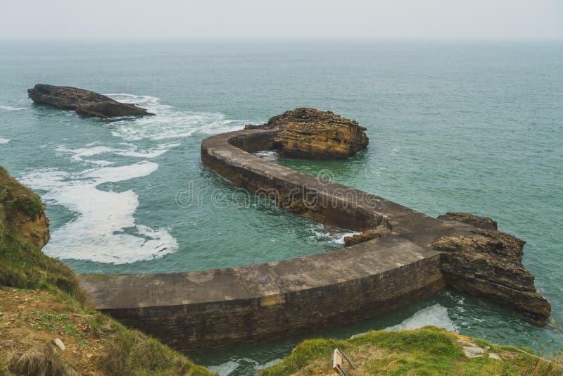 Skyddsmur mot havet av Gamaritz och havet i Biarritz, Frankrike royaltyfri foto