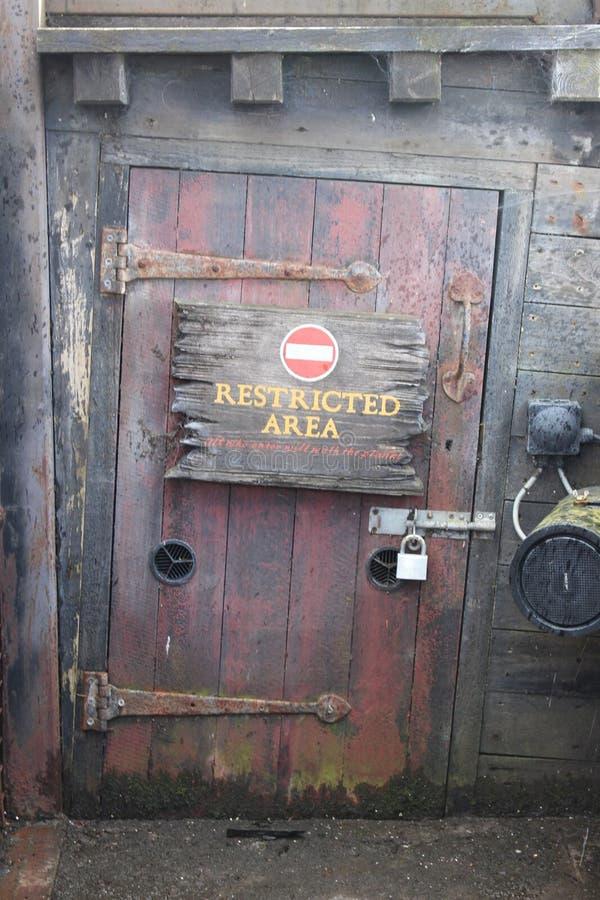Skyddsområde undertecknar in den gamla skeppdörren arkivfoton