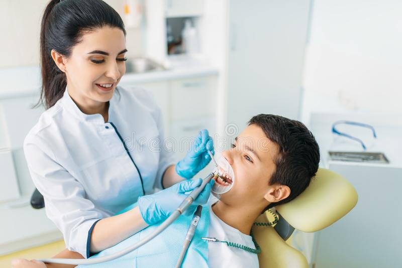 Skyddsremsainstallationsprocess, pediatrisk tandläkekonst arkivbilder