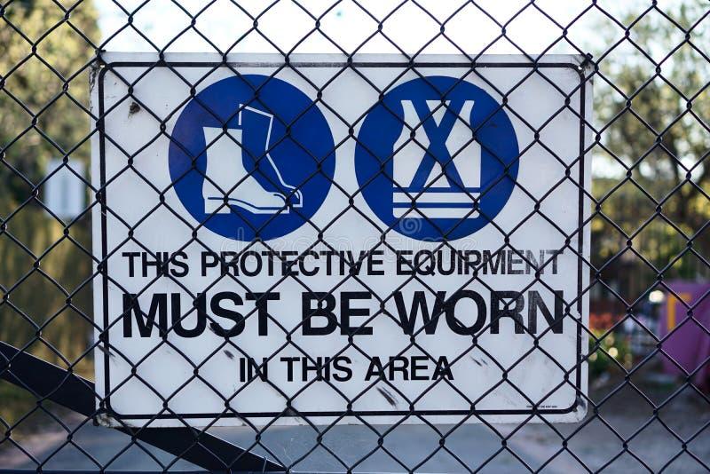 Skyddsutrustning för tecken för varning för konstruktionsplats royaltyfria bilder