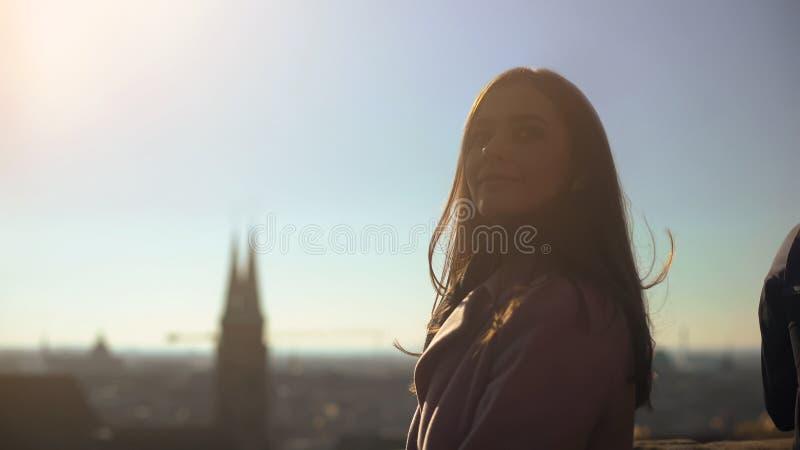 Skydeck di visita di signora graziosa in vecchia città europea, viaggiatore della donna che gode della vista immagini stock libere da diritti