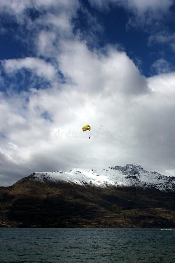 Skydive em cima de uma montanha próxima da neve do rio foto de stock royalty free