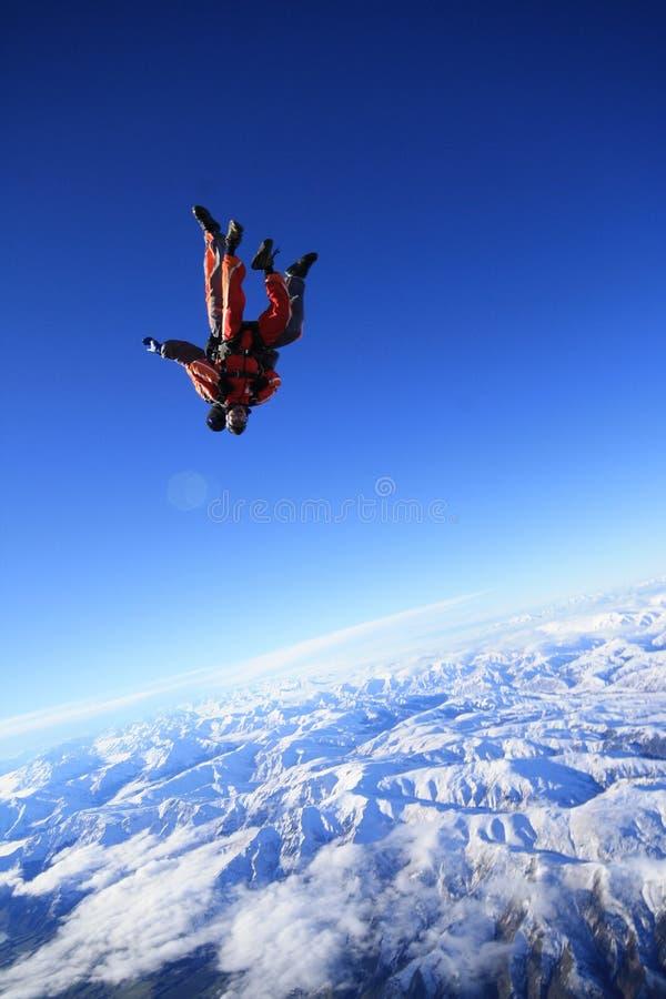 Skydive sobre a montanha da neve imagens de stock