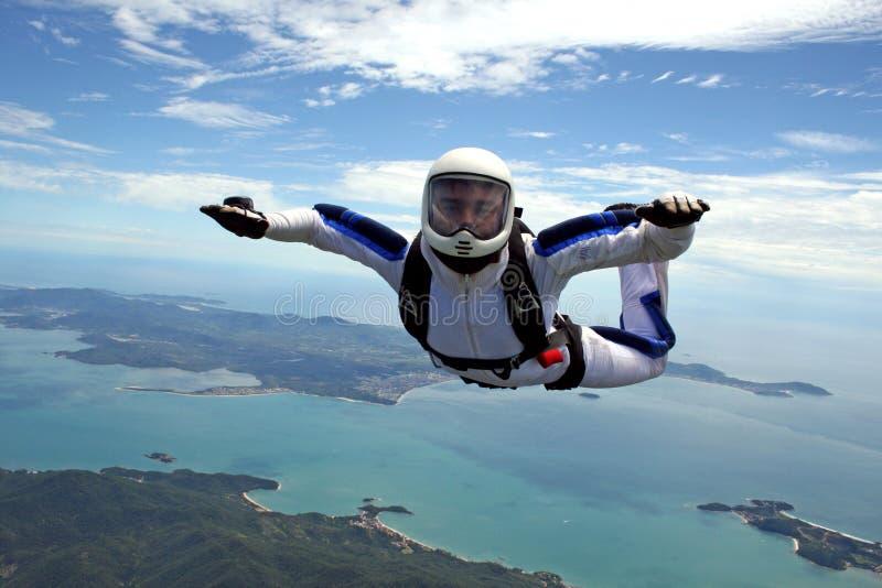 Skydiver über dem Meer lizenzfreie stockfotos
