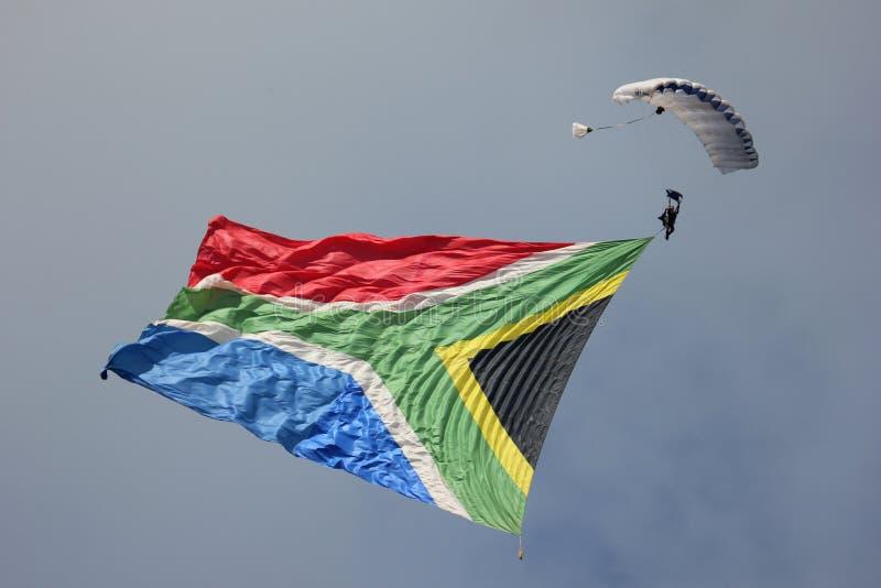 Skydiver летает южно-африканский флаг стоковая фотография