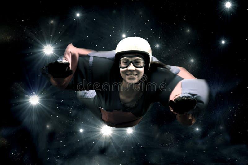Skydiver contra o céu estrelado
