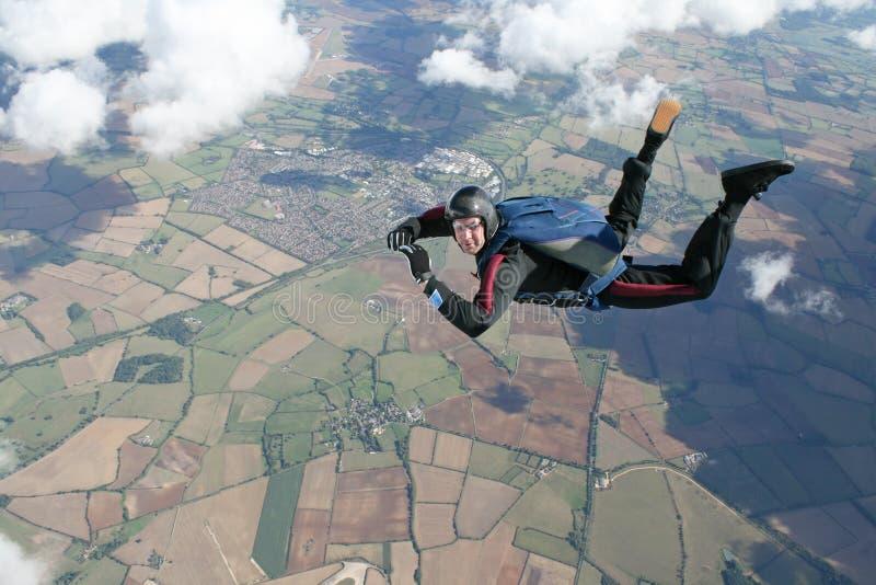 Skydiver dans la chute libre haute vers le haut dans le ciel photo stock