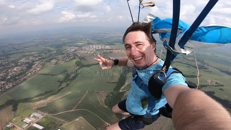 Skydiver, der ein selfie nach dem freien Fall macht lizenzfreie stockbilder