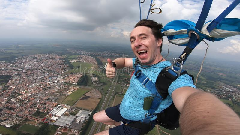 Skydiver, der ein selfie nach dem freien Fall macht lizenzfreies stockfoto