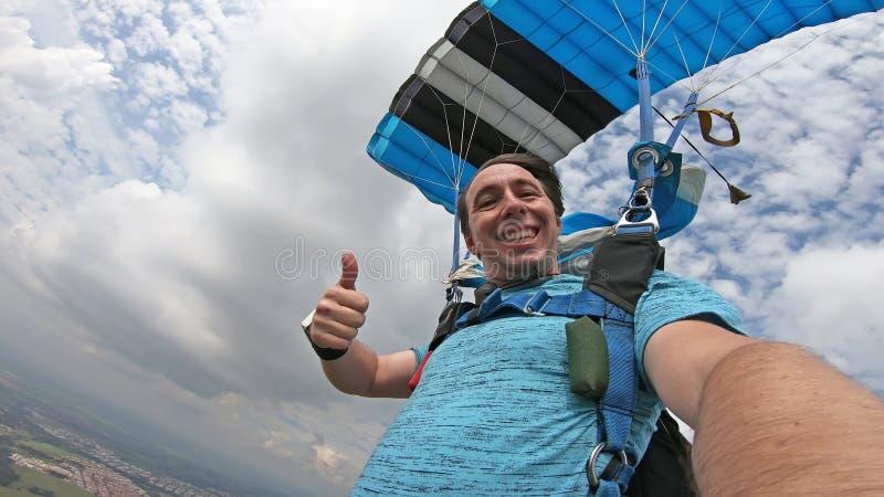 Skydiver, der ein selfie nach dem freien Fall macht stockbild