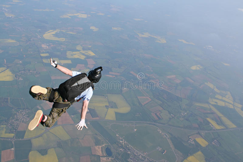 Skydiver die door de lucht valt royalty-vrije stock afbeelding