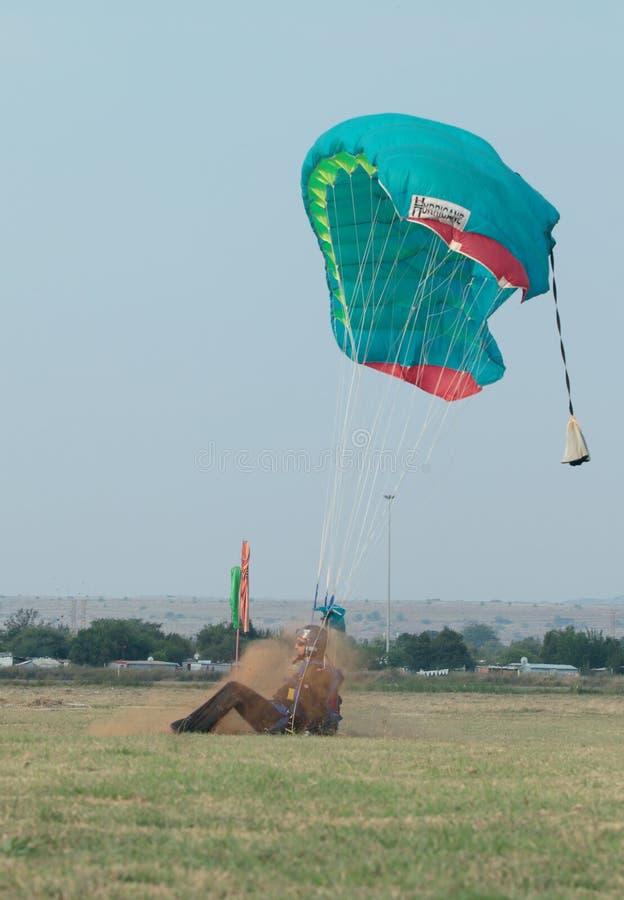 Skydiver die het harde landen met open valscherm maken stock foto's