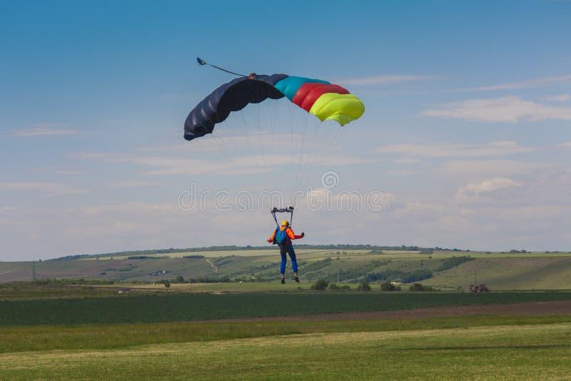 Skydiver die het landen uitvoeren stock foto's