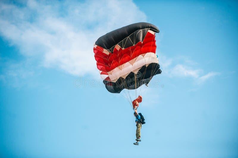 Skydiver die op kleurrijk valscherm in blauwe duidelijke hemel bij een heldere zonnige de zomerdag vliegen Actieve Levensstijl, E stock fotografie