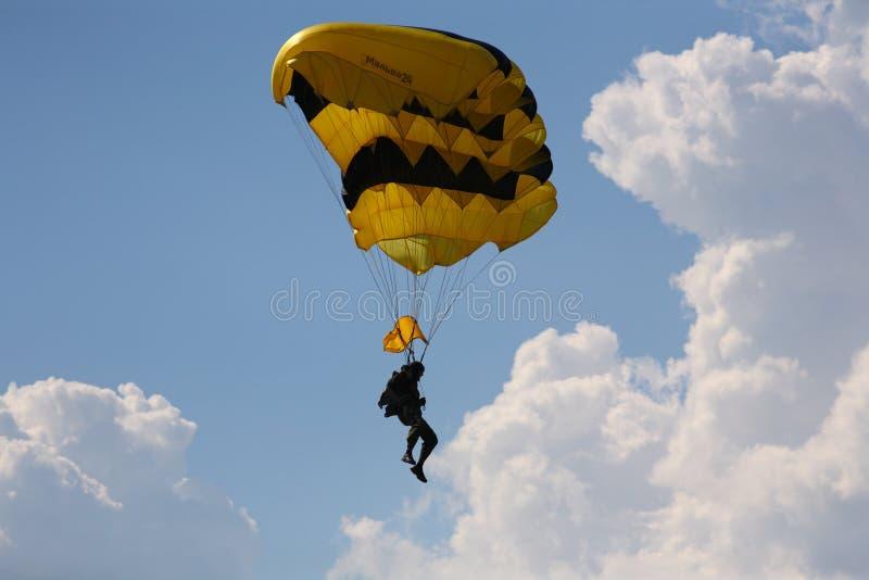 Skydiver en el cielo imagen de archivo