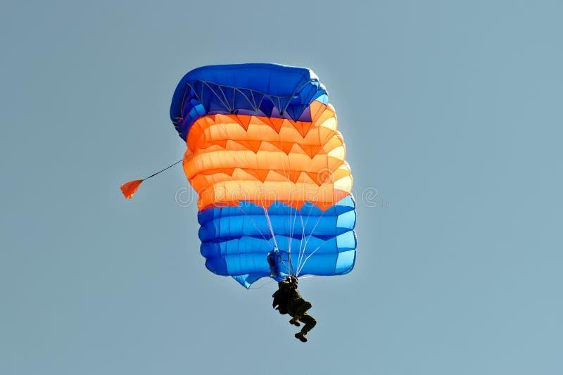 Skydiver en el paracaídas fotografía de archivo