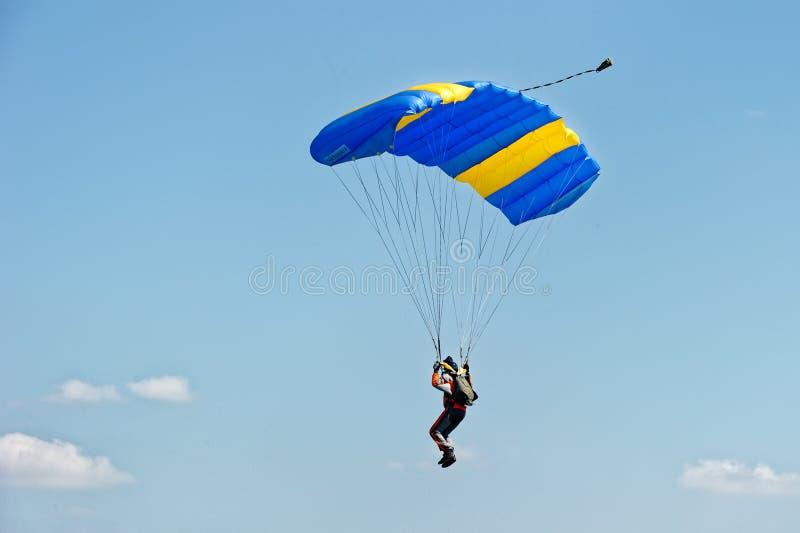 Skydiver en el paracaídas imagenes de archivo