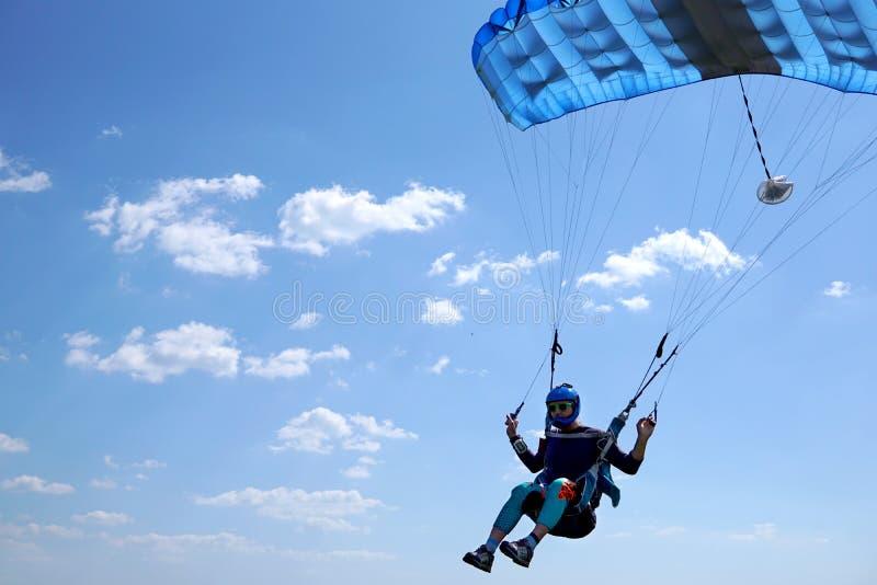 Skydiver fliegt mit dem kleinen blauen Fallschirm und schnell nähert sich, Nahaufnahme stockfoto