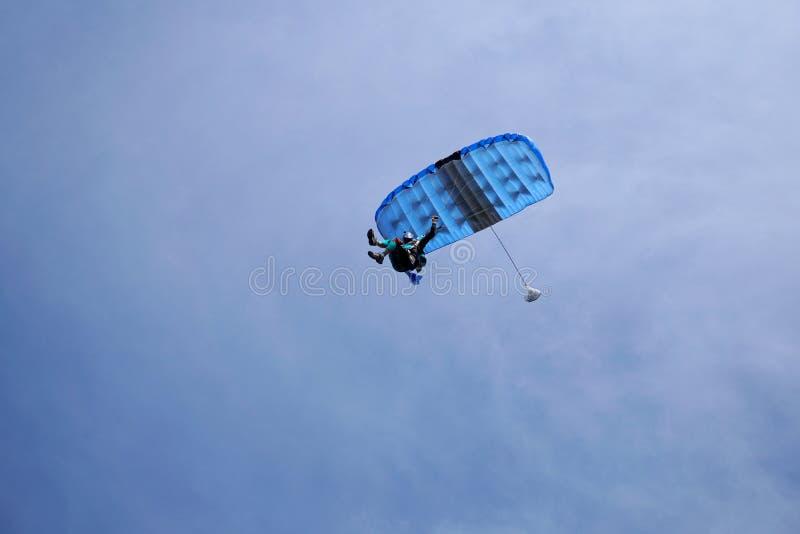 Skydiver fliegt unter die Überdachung eines Fallschirmes, Ansicht von unten, Nahaufnahme stockbilder