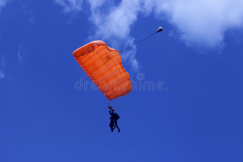 Skydiver no céu azul Passatempo ativo skydiving fotos de stock royalty free