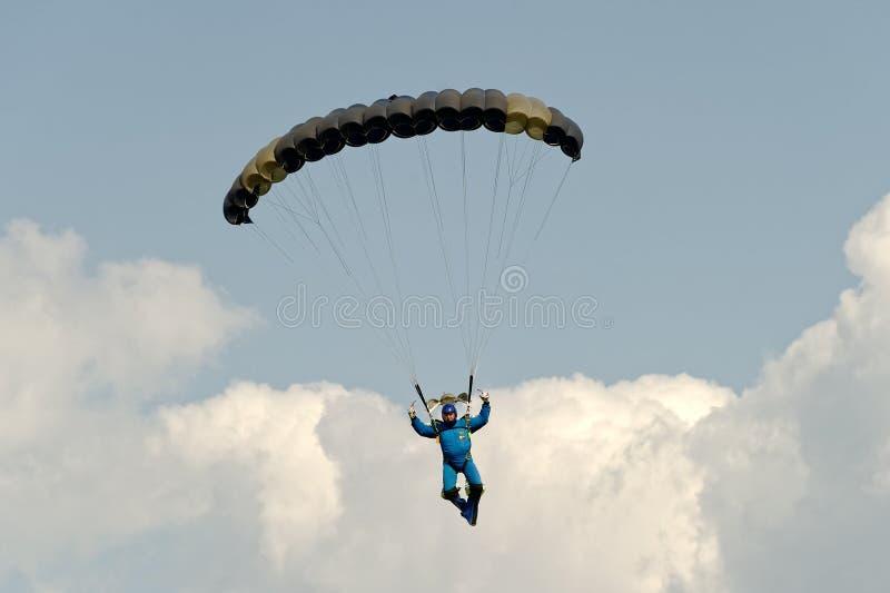 Skydiver no paraquedas fotografia de stock royalty free
