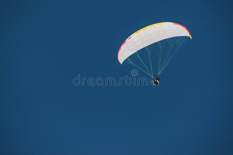Skydiver onder een luifel van een valscherm tegen een blauwe hemel in Geo royalty-vrije stock afbeelding