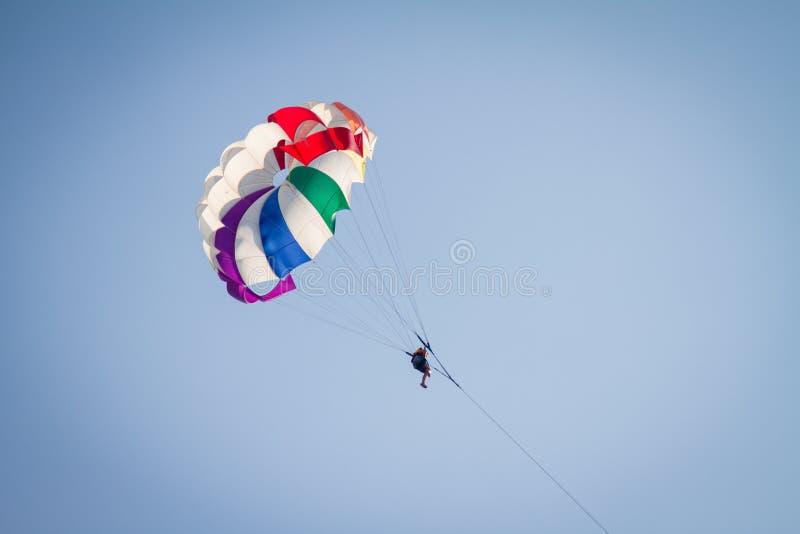 Skydiver op kleurrijk valscherm stock fotografie