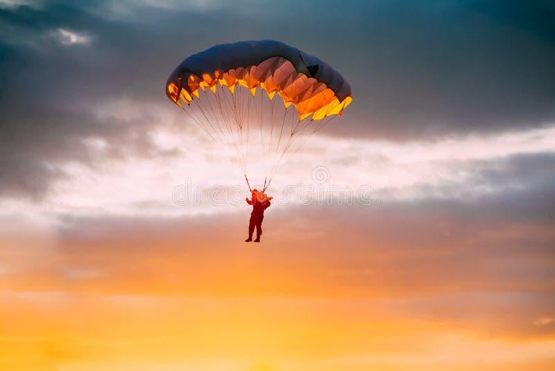 Skydiver op Kleurrijk Valscherm in Sunny Sky stock afbeelding
