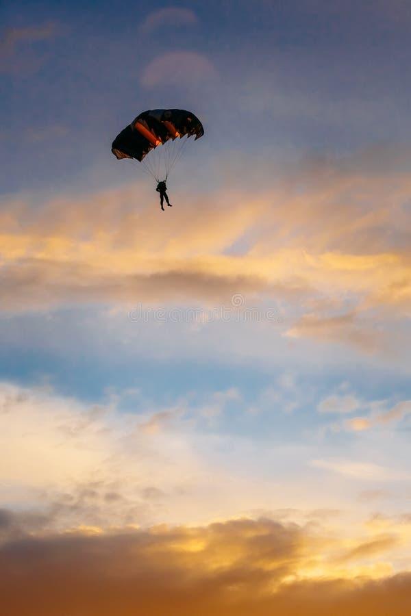 Skydiver op Kleurrijk Valscherm in Sunny Sky stock foto's