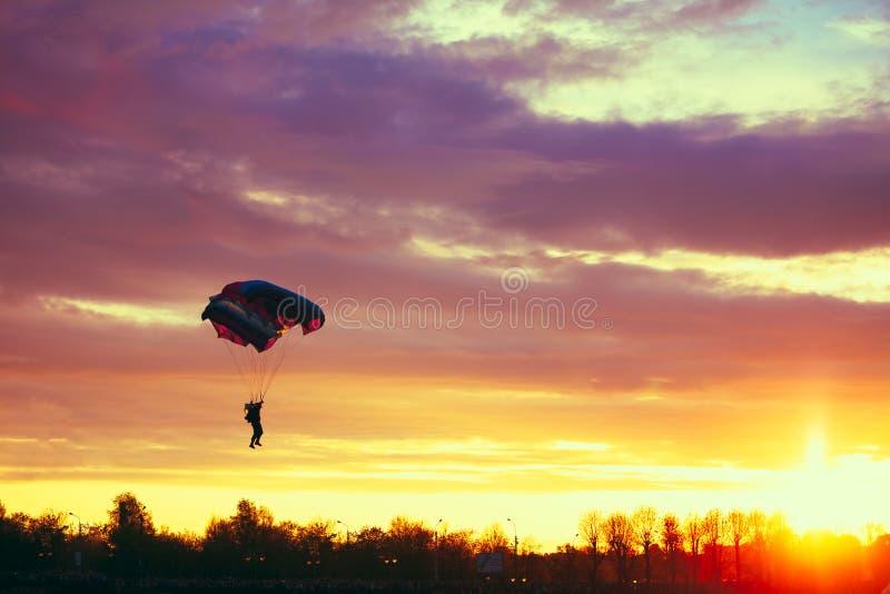 Skydiver op Kleurrijk Valscherm in Sunny Sky royalty-vrije stock afbeeldingen