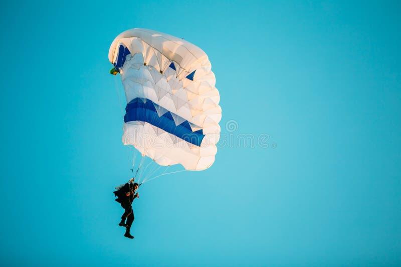Skydiver op Kleurrijk Valscherm in Sunny Sky royalty-vrije stock afbeelding