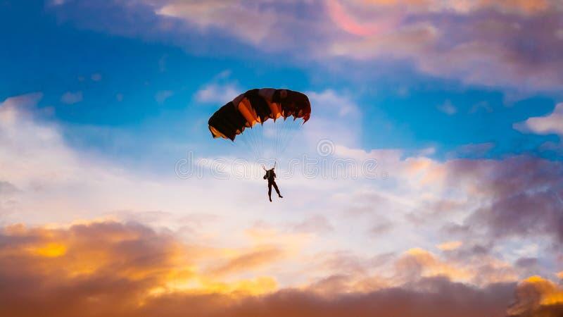 Skydiver op Kleurrijk Valscherm in Sunny Sunset royalty-vrije stock foto