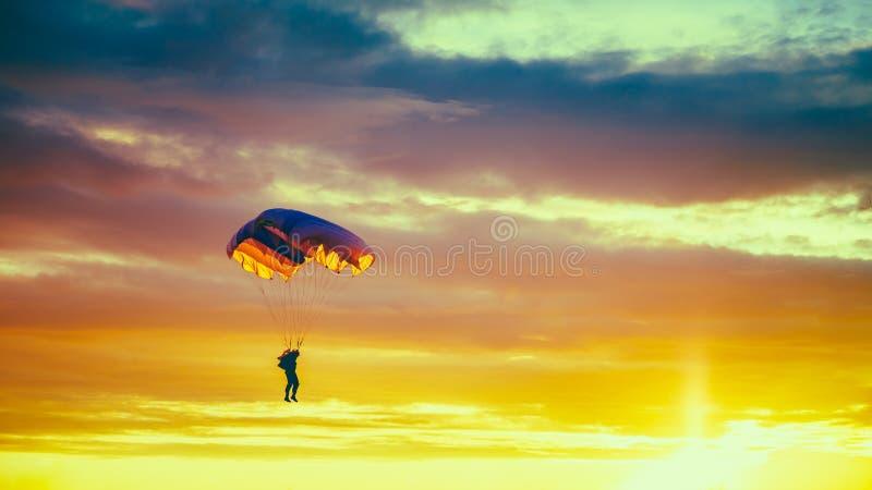 Skydiver op Kleurrijk Valscherm in Sunny Sunset Sky royalty-vrije stock foto