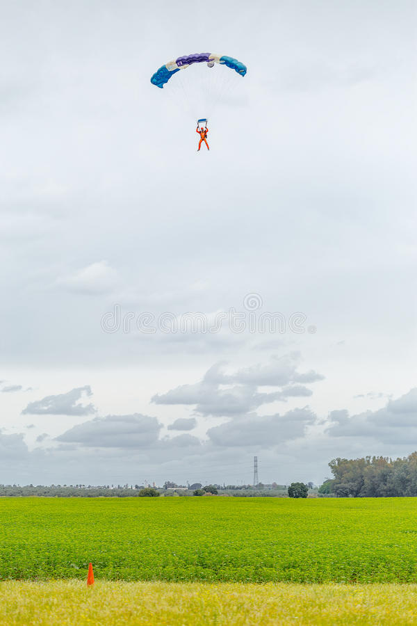 Skydiver que aproxima-se para aterrar foto de stock royalty free