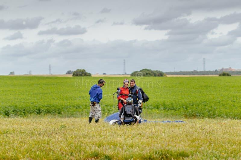 Skydiver que toma uma imagem do Tandem após a aterrissagem fotos de stock royalty free