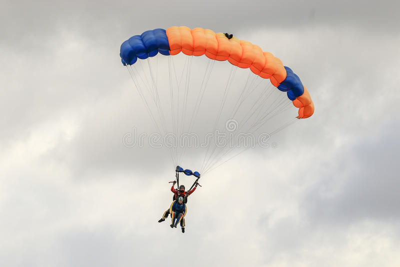 Skydiver spełnianie skydiving z spadochronem fotografia royalty free