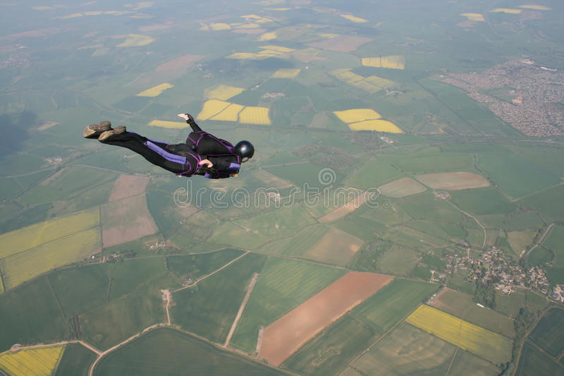 Skydiver vliegt voorbij cameraman stock afbeeldingen