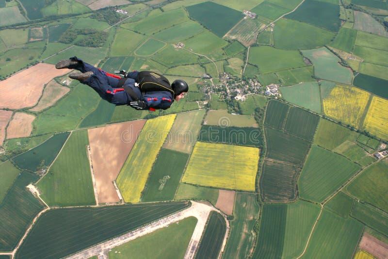 Skydiver vliegt voorbij cameraman royalty-vrije stock foto