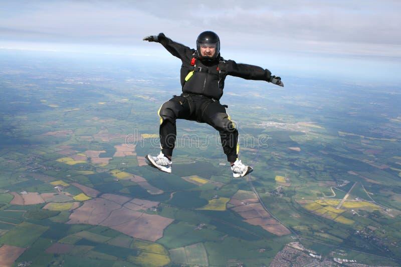 Skydiver in zit positie stock afbeelding