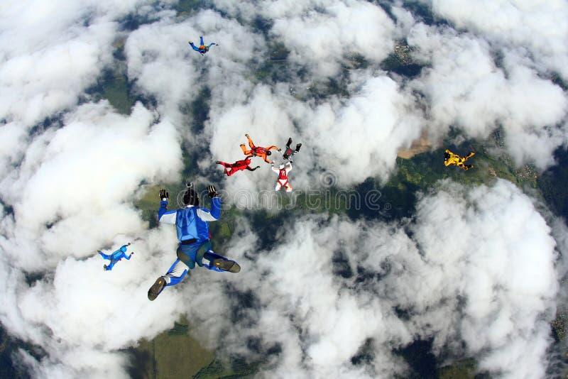 Skydivers är i den molniga himlen arkivfoto