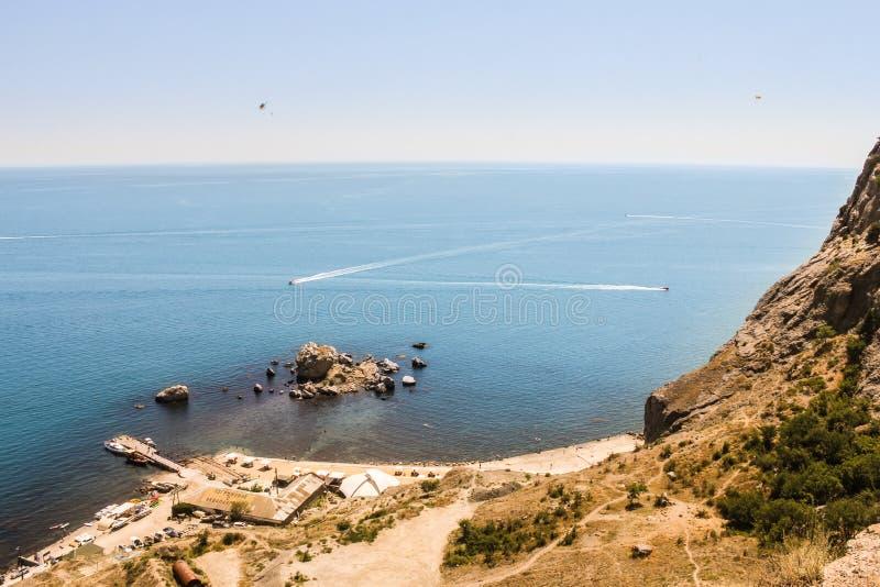 Skydivers über dem Meer stockfotos